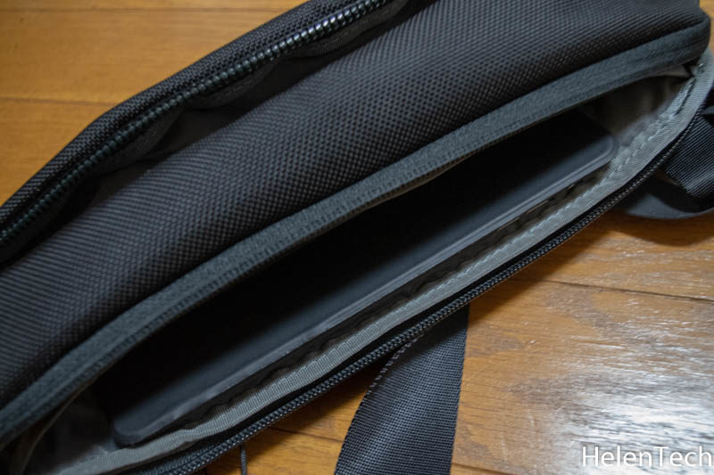 190331 aer day sling 2 009 800x533-Aerのボディバッグ「AER Day Sling 2」をレビュー!小さいクセにいろいろ入って便利です。